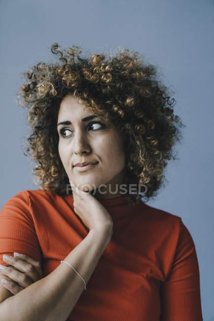 Портрет задумчивой женщины с рукой на подбородке — стоковое фото