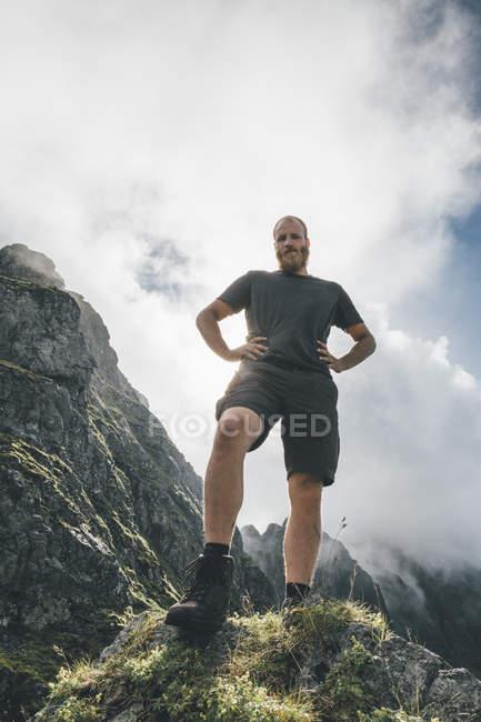 Норвегия, Лофотенская, Московская, Молодой человек в горах — стоковое фото