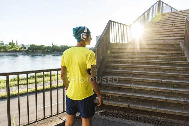Jeune athlète jogging dans les escaliers de la ville — Photo de stock