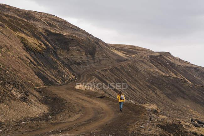Ісландія, жінка ходьба в пустельний пейзаж — стокове фото