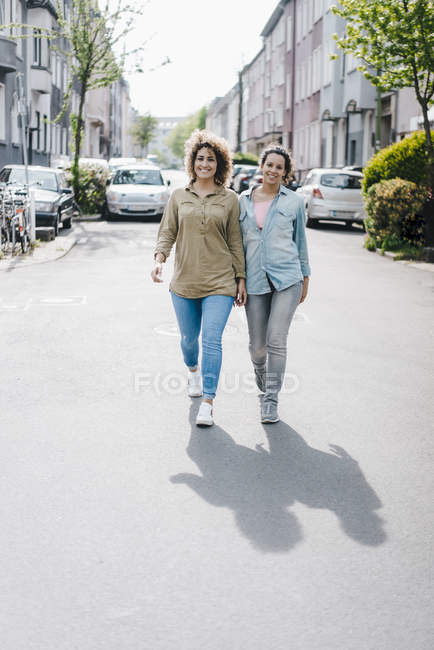 Best friends having fun in the city — Stock Photo