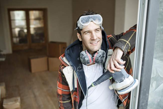 Porträt eines Handwerker bei der Renovierung einer Wohnung — Stockfoto