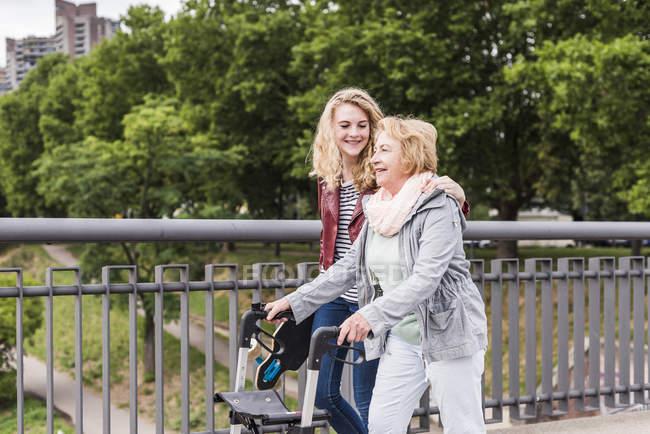 Abuela y nieta paseando juntas - foto de stock