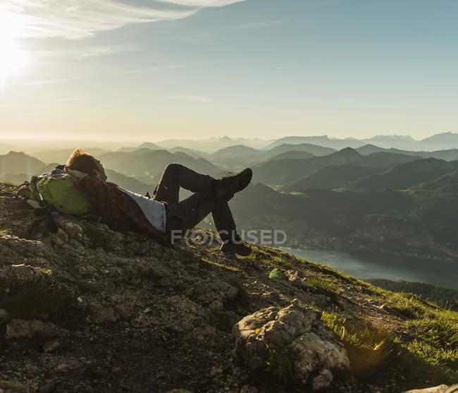 Austria, Salzkammergut, Senderista por las montañas tomando un descanso - foto de stock