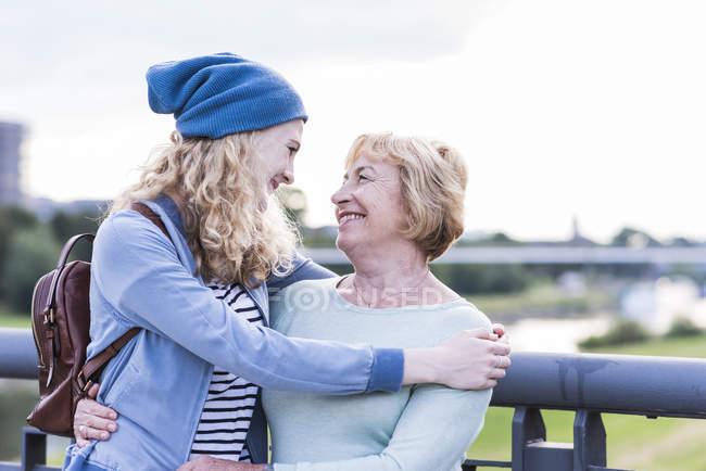 Feliz abuela cara a cara con su nieta - foto de stock