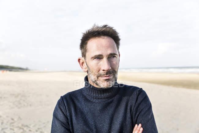 Porträt eines lächelnden Mannes am Strand — Stockfoto