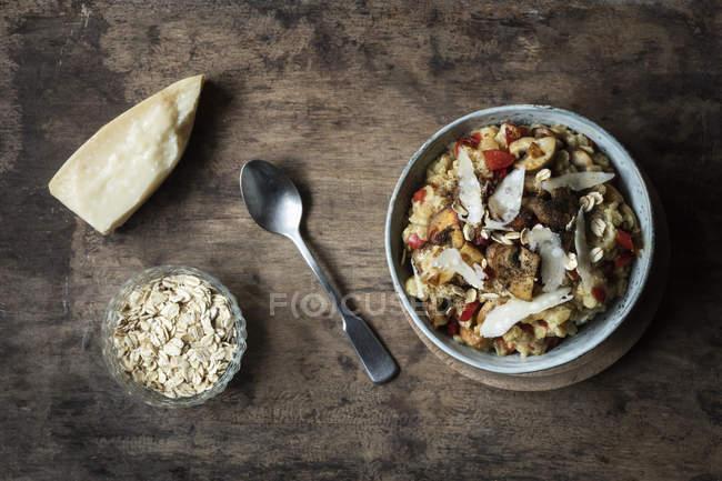 Bol de bouillie avec poivron, champignons et parmesan — Photo de stock