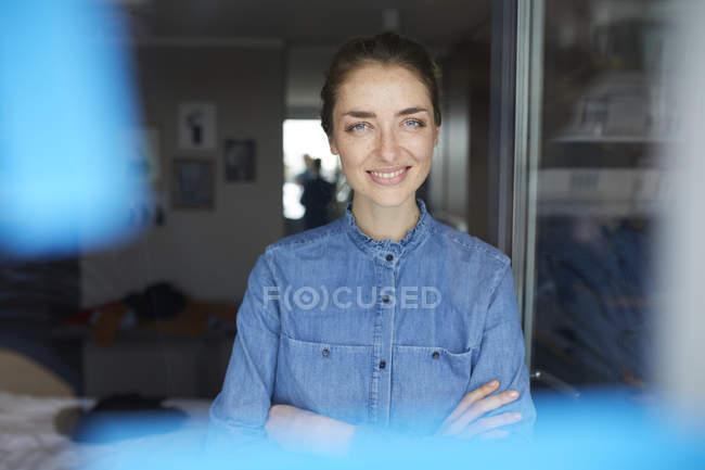 Портрет усміхненої жінки у денімній сорочці. — стокове фото