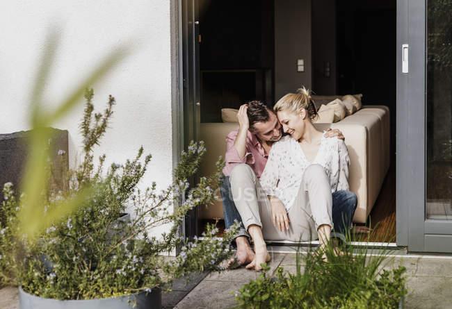 Счастливая зрелая пара, отдыхающая вместе на открытой террасе — стоковое фото