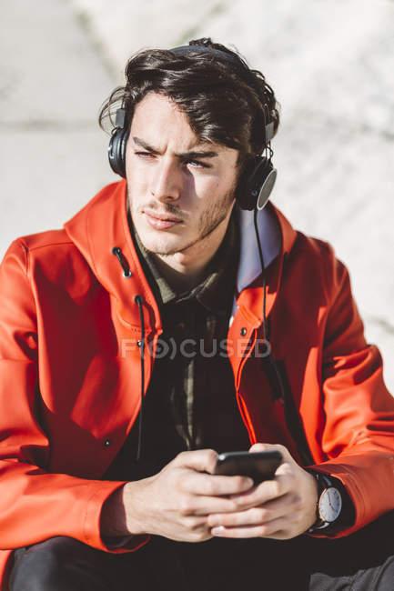Італія, Верона, туристичні сидіння з смартфоном та навушниками — стокове фото