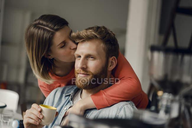 Счастливая пара обнимается дома — стоковое фото