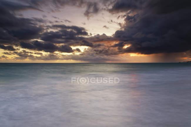 Caraïbes, République Dominicaine, Punta Cana, Playa Bavaro, vue sur la mer au lever du soleil — Photo de stock