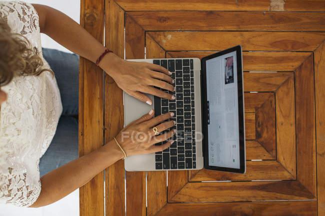 Frau benutzt Laptop zu Hause — Stockfoto