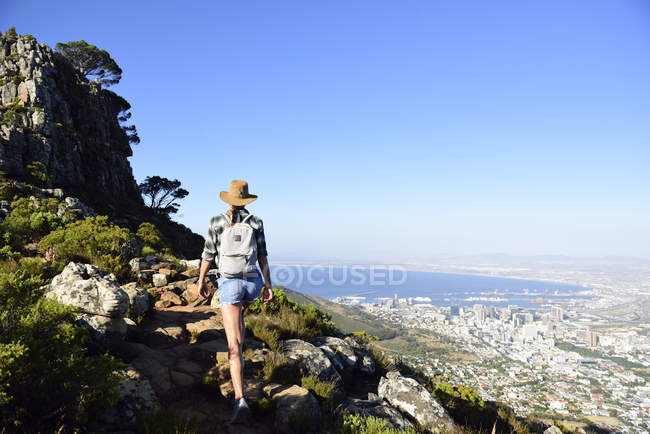 South Africa, Cape Town, woman on hiking trip to Lion 's Head — стоковое фото
