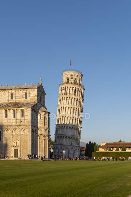 Italia, Toscana, Pisa, Veduta del Duomo di Pisa e Torre Pendente di Pisa da Piazza dei Miracoli alla luce della sera — Foto stock