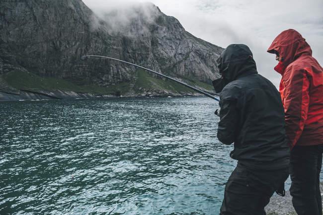 Норвегія, Лофотен, Москенесой, юнаки ловлять рибу на пляжі Хорсейд. — стокове фото