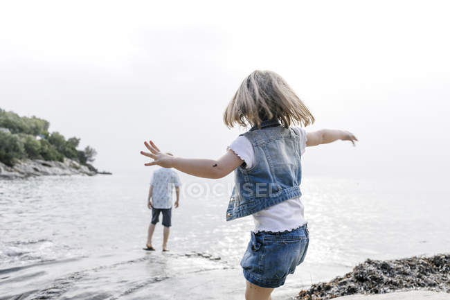 Griechenland, chalkidiki, Rückansicht eines kleinen Mädchens, das am Strand spielt — Stockfoto