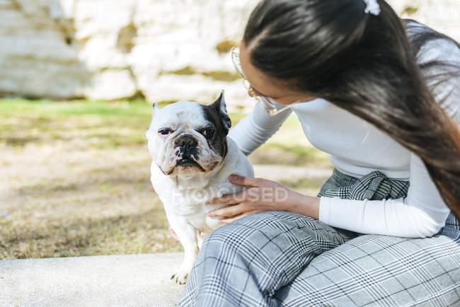 Donna che parla con il suo cane fuori — Foto stock