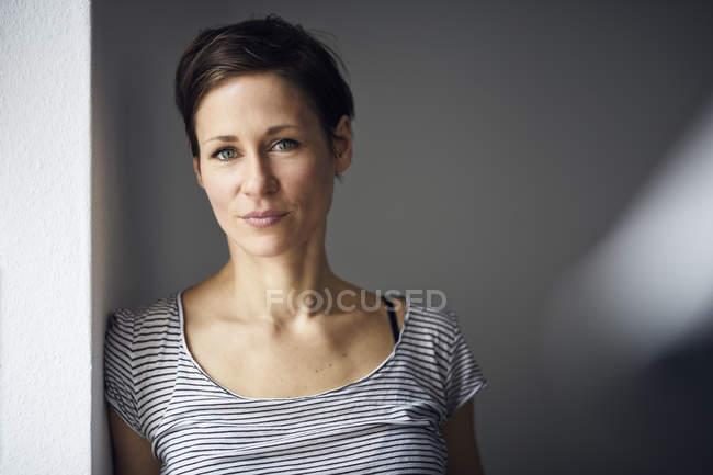 Портрет привлекательной, независимой женщины — стоковое фото