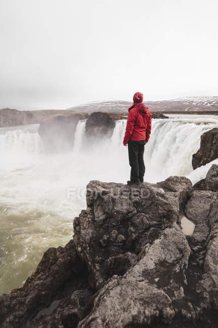 Islande, homme debout à la cascade Godafoss — Photo de stock