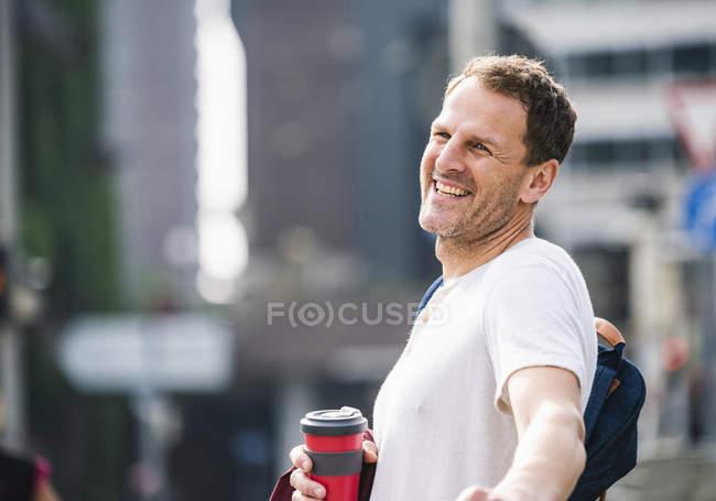 Портрет щаслива людина з винос кави в місті — стокове фото
