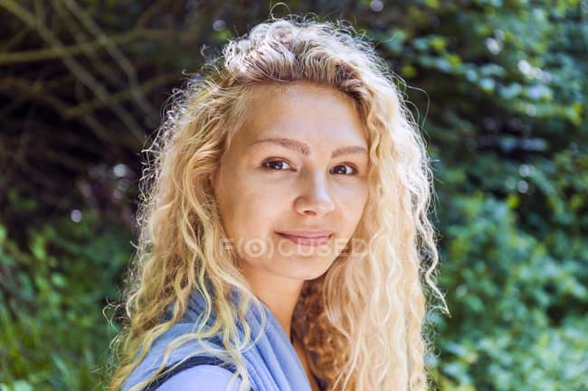 Портрет улыбающейся блондинки в природе — стоковое фото