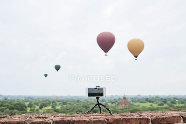 Myanmar, smartphone prende un time lapse di molte mongolfiere che sorvolano Bagan — Foto stock