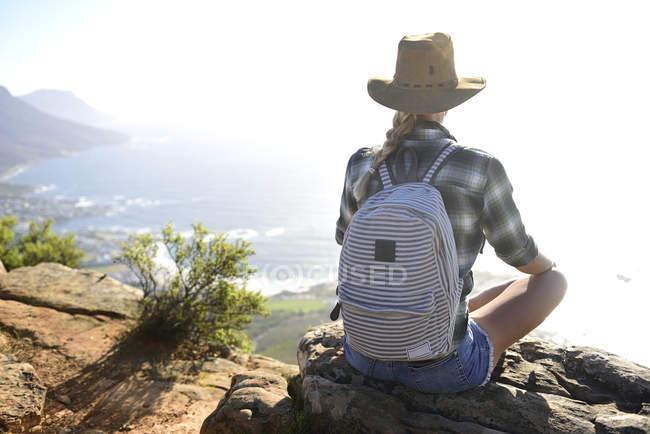 Sud Africa, Città del Capo, donna seduta sulla roccia durante il viaggio a Testa di Leone — Foto stock