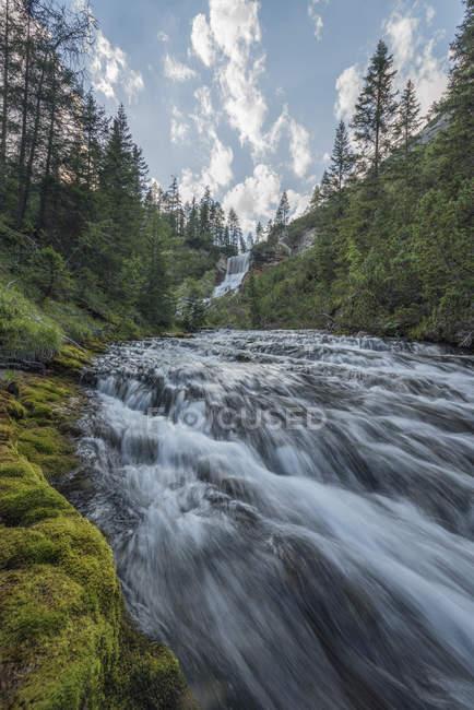 Italia, Alpes, Dolomitas, Cascada de las llamas - foto de stock