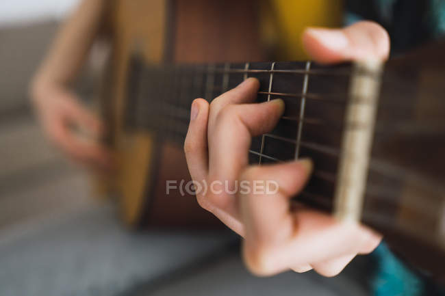 Close-up of woman playing guitar — стокове фото
