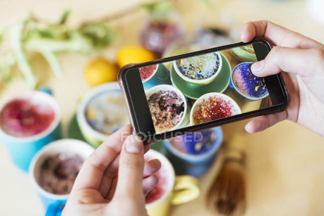 Mulher tirar foto do smartphone de várias bebidas coloridas — Fotografia de Stock