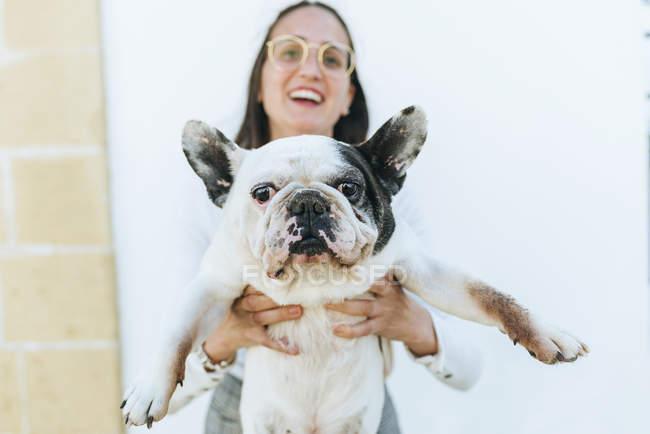 Молодая женщина показывает свою собаку — стоковое фото