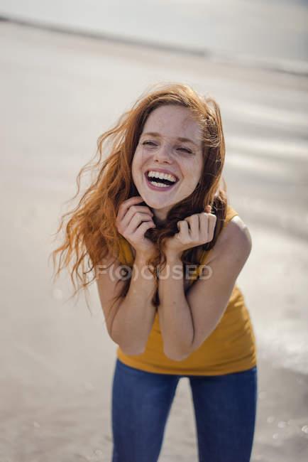 Mulher ruiva, rindo alegremente na praia — Fotografia de Stock