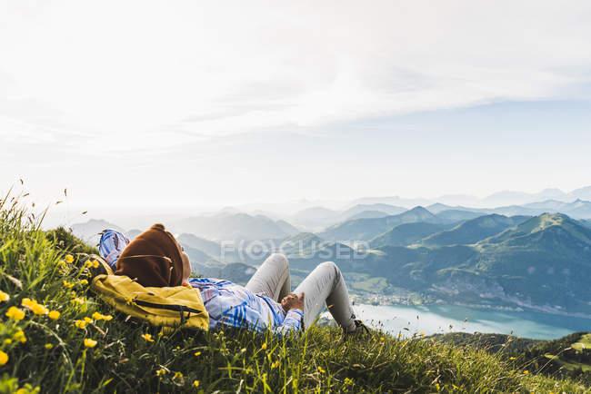 Австрія, Зальцкаммергут, Хікер робить перерву, дивлячись через Альпи — стокове фото