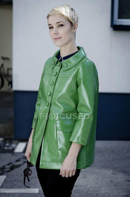 Портрет жінки в зеленій шкіряній куртці. — стокове фото