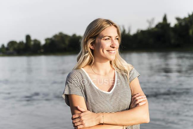 Портрет блондинки на берегу реки вечером — стоковое фото