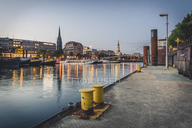Germania, Amburgo, porto interno e paesaggio urbano all'ora blu — Foto stock