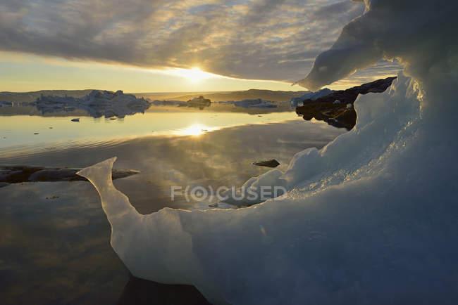 Greenland, Gronelândia do leste, vista de Sarpaq, icebergs do Fjord de Sermilik no por do sol — Fotografia de Stock