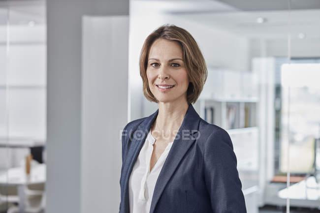 Ritratto di donna d'affari sicura in carica — Foto stock