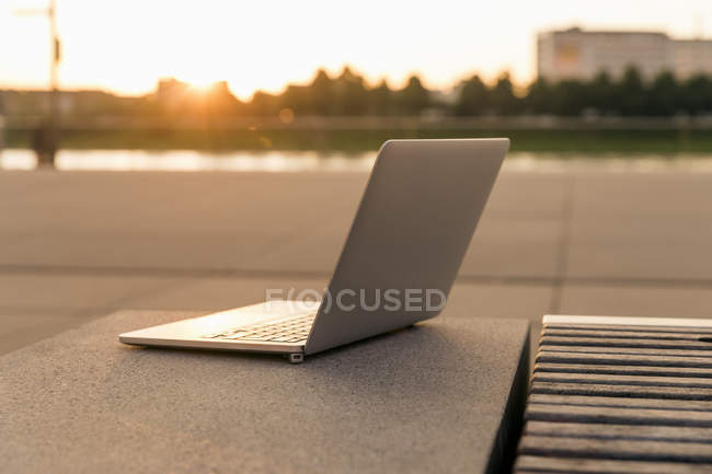 Primo piano di Laptop outddors al tramonto — Foto stock