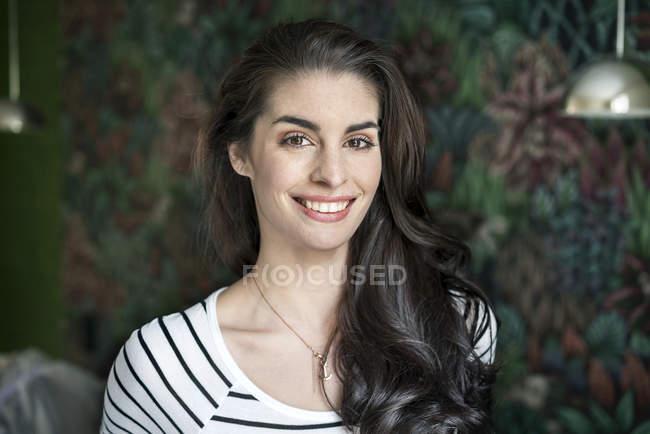 Retrato de uma jovem bonita e sorridente — Fotografia de Stock