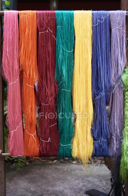 Таїланд, Бангкок, барвисті шовкові волокна висить поза — стокове фото