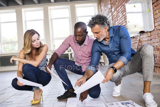 Команда архитекторов обсуждает восстановление лофт-офиса — стоковое фото