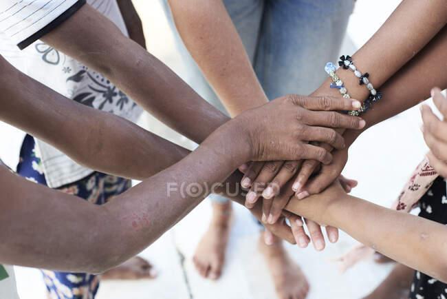 Grupo de personas multiétnicas, manos, juntas - foto de stock