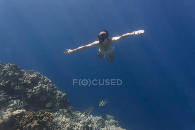 Індонезія, Балі, дівчина з плавання. — стокове фото