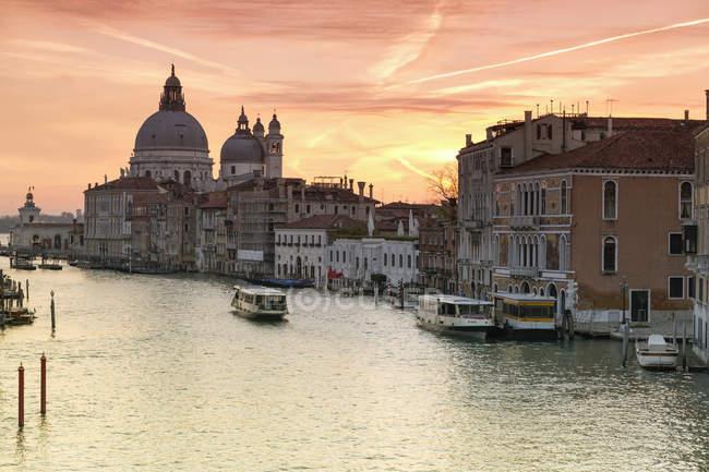 Itália, Veneza, paisagem urbana com o Grande Canal no crepúsculo — Fotografia de Stock