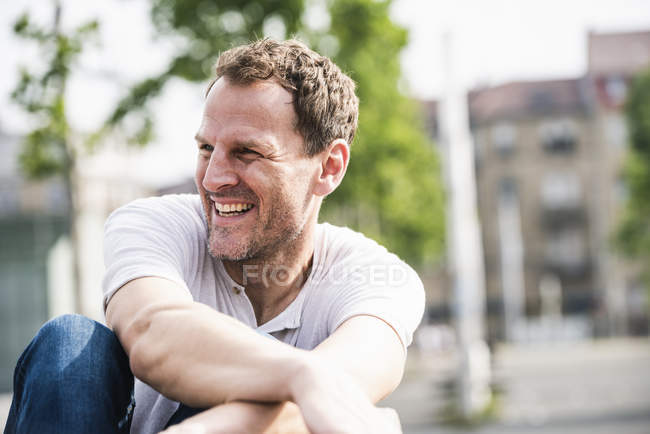 Lachender Mann im Freien — Stockfoto