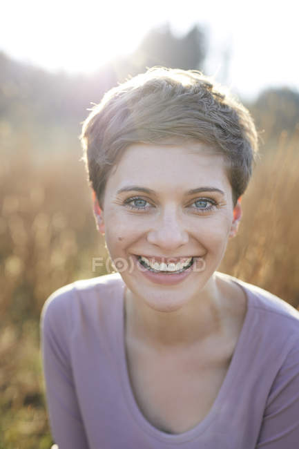 Ritratto di donna ridente in natura — Foto stock