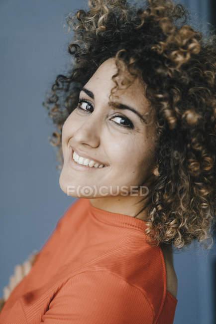 Porträt einer selbstbewussten, lachenden Frau — Stockfoto