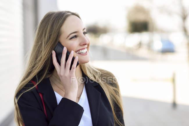 Portrait de femme d'affaires heureuse au téléphone — Photo de stock